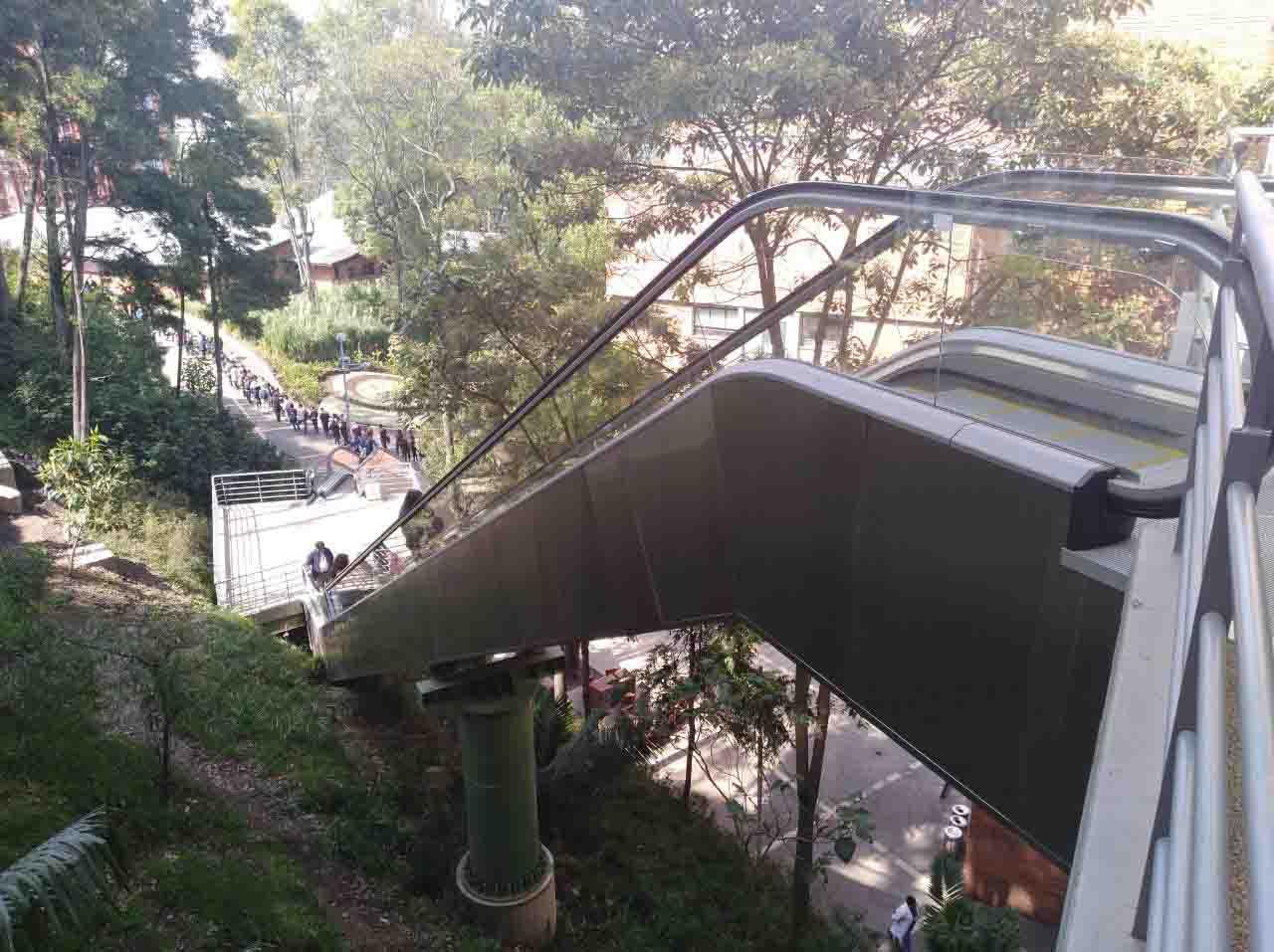 Universidad Javeriana escalera electrica